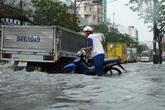 Ngày thứ ba mưa lớn, Sài Gòn lại vật lộn với nước ngập
