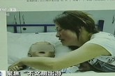 Kinh hoàng bé 8 tháng tuổi thay bỉm tại công viên, bị khỉ ăn mất tinh hoàn
