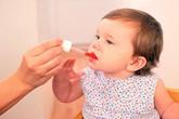 """""""Chiêu trò"""" cực độc của các mẹ khi cho con uống thuốc"""
