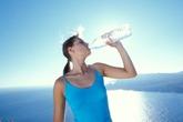 Ghé miệng chai uống nước gây hại sức khỏe