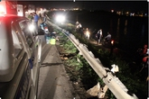 Hà Nội: Xe lao xuống hồ, 30 hành khách hoảng loạn