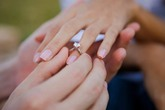 Bàn tay em và chiếc nhẫn kim cương