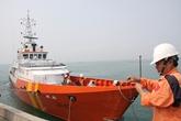 Đưa ngư dân gặp nạn trên biển vào bờ cấp cứu