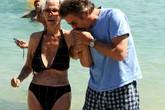 Nữ công tước U90 diện bikini sánh bước bên chồng trẻ đi tắm biển