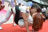 """Cuộc thi """"hôn"""" kỳ lạ ở Trung Quốc"""