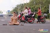 Chàng trai khỏa thân gây náo loạn khắp đường phố