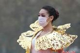 Người mẫu phải đeo khẩu trang catwalk vì không khí quá ô nhiễm