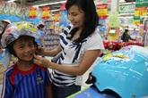 Công an tăng phạt, mũ bảo hiểm trẻ em tăng giá