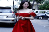 Ngọc Trinh váy đỏ, vai trần sexy khoe da trắng mịn không tì vết