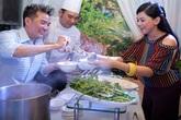 Mr Đàm tự tay nấu bún cá cho bố mẹ chồng Hà Tăng