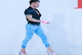 Choáng vì nam giám khảo Next Top Model mặc quần bó sát đi giày hồng