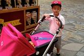 Jennifer Phạm khoe ảnh bé Bảo Nam đẩy xe đưa em gái đi chơi