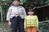 Rớt nước mắt với cô bé mồ côi sống cực nhọc bên bìa rừng