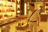 Đàm Vĩnh Hưng đi sắm đồ hiệu chuẩn bị gặp Dư Văn Lạc