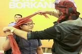 Khán giả Việt thích thú khi được 'trai đẹp Ảrập' vấn khăn cho
