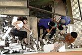 Mải tạo dáng, thiếu nữ rơi xuống từ lan can khu nhà cũ