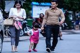 Con gái Phan Thanh Bình tinh nghịch khi được bố mẹ đưa đi mua sắm