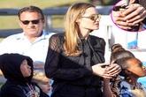 Angelina Jolie đeo nhẫn mới làm rộ tin đồn đã kết hôn