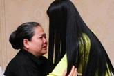 Trương Thị May ôm mẹ khóc trước ngày đi thi