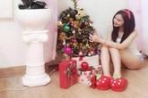 Angela Phương Trinh nhí nhảnh bên cây thông Noel