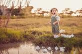 Con trai Lý Hải sành điệu tung tăng trên đồng cỏ