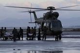 Trở dạ trên máy bay quân sự, cô gái được các binh lính đỡ đẻ