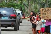 Hàng ngàn trẻ em vùng bão Philippines đổ ra đường xin ăn trong đói khát
