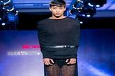 Phát hoảng với mẫu nam mặc váy ren xuyên thấu lộ nội y phản cảm