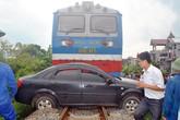 Băng qua đường ray, ô tô gặp nạn