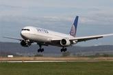 Máy bay hạ cánh khẩn cấp vì hành khách tự tử