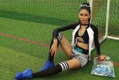 Á hậu Nguyễn Thị Loan nóng 'bỏng mắt' trong bộ ảnh cổ động World Cup 2018 Hoa Hậu