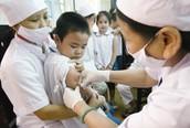 Tiêm vaccine 5 trong 1 ComBE Five: Sau khi tiêm, cần theo dõi trẻ trong bao lâu?