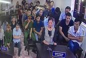 """Xử gian lận thi cử ở Hà Giang: Vợ bị cáo """"không thấy ai đến biếu quà cáp gì"""""""