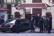 Chủ tịch Kim Jong-un đến Đại sứ quán Triều Tiên