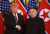 Hình ảnh hai nhà lãnh đạo bắt tay trước khi bước vào hội nghị
