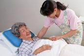 Cách vệ sinh người cao tuổi phải nằm điều trị tại giường