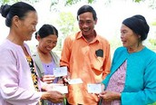 Thực hiện lộ trình BHYT toàn dân: Tặng thẻ BHYT cho 2.400 đối tượng khó khăn