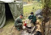 Ăn rau rừng bám chốt kiểm soát COVID-19 nơi biên giới Việt - Lào
