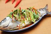 Thưởng thức cá trắm nhồi tỏi tây hấp