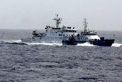 Tàu Trung Quốc treo biểu ngữ nhắc đến hòa bình