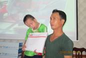 Trào nước mắt hình ảnh bé Trần Văn Lộc nhận quà ủng hộ của bạn đọc