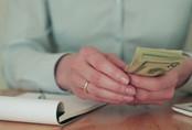 Sai lầm khi dùng tay thấm nước bọt để đếm tiền