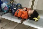 Hà Nội: Gửi con trai 3 tuổi cho nhân viên nhà nghỉ đi mua đồ ăn, mẹ bỏ đi biệt tích