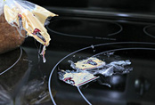Dù nhựa chảy đóng cứng trên mặt bếp từ, tôi chỉ cũng chỉ mất có 2 phút để làm sạch