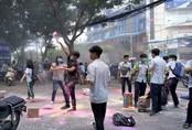 Học sinh lớp 12 ở Sài Gòn ném bột màu vào trường ngày chia tay