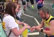 Người đàn ông cầu hôn bạn gái trên đường chạy marathon