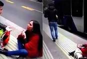 Cô gái xinh đẹp bị bỏ rơi sau màn cầu hôn bạn trai giữa phố