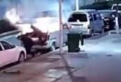 Con trai đầu bốc khói vẫn cố lôi mẹ ra khỏi xe hơi phát nổ
