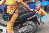 Dân mạng cười sảng khoái với em bé bám đuôi xe mẹ đòi đi chợ