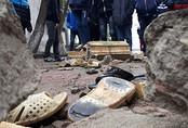 16 học sinh ngã đè lên nhau sau khi lan can trường học sập